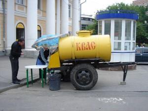 Straatverkoop van Kvass met behulp van container-aanhangwagens.