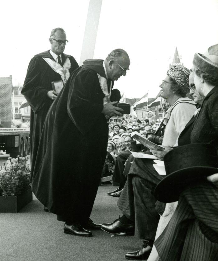 Koningin Juliana krijgt een gouden glaasje uit handen van James Coeberg, 13 september 1962.
