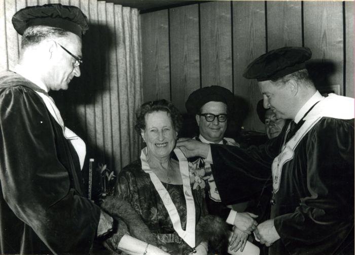 Directrice A. Arnouts-Arnoldy van N.V. Distilleerderij en Wijnhandel Gatellier & Co. (Schiedam) is de enige vrouw die (op 17 mei 1965) tot ridder wordt geslagen.