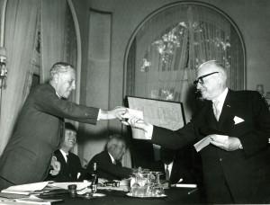 CBK-voorzitter Kortenhorst (rechts) overhandigt de cheque aan NOC-voorzitter Pahud de Mortanges.
