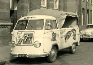 Voor de distributie van Seven-Up mogen aanvankelijk alleen transportmiddelen worden gebruikt (zoals deze Volkswagen uit 1954) waarmee geen andere producten worden vervoerd.