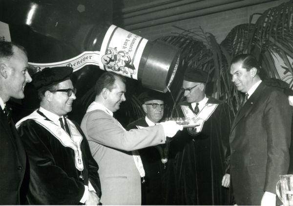 Het gilde bij de opening van de nieuwe distilleerderij van Bokma in Leeuwarden (12 januari 1967). Rechts Minister van Economische Zaken Barend Biesheuvel.