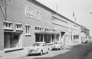 De grote vensters van de Limobo-fabriek boden voorbijgangers goed zicht op het bottelproces!