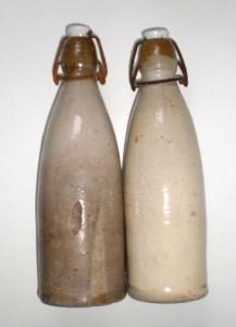 bierkruiken met beugelsluiting circa 1895
