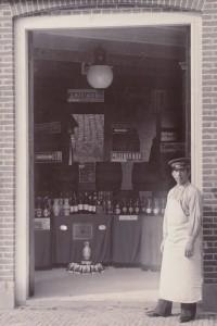 Bij de firma Wed. P. Schotsman (Hoorn) werd rond 1900 ook Amstel- kannenbier verkocht.