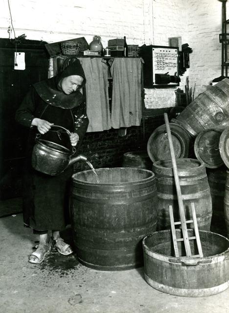 minderbroeder in kloosterbrouwerij, circa 1935