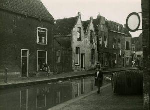 Tot ver na de Tweede Wereldoorlog hield Schiedam zijn bijnaam Zwart Nazareth in ere (1949).